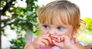 با کودکی که دست در بینی میکند چه کنیم؟